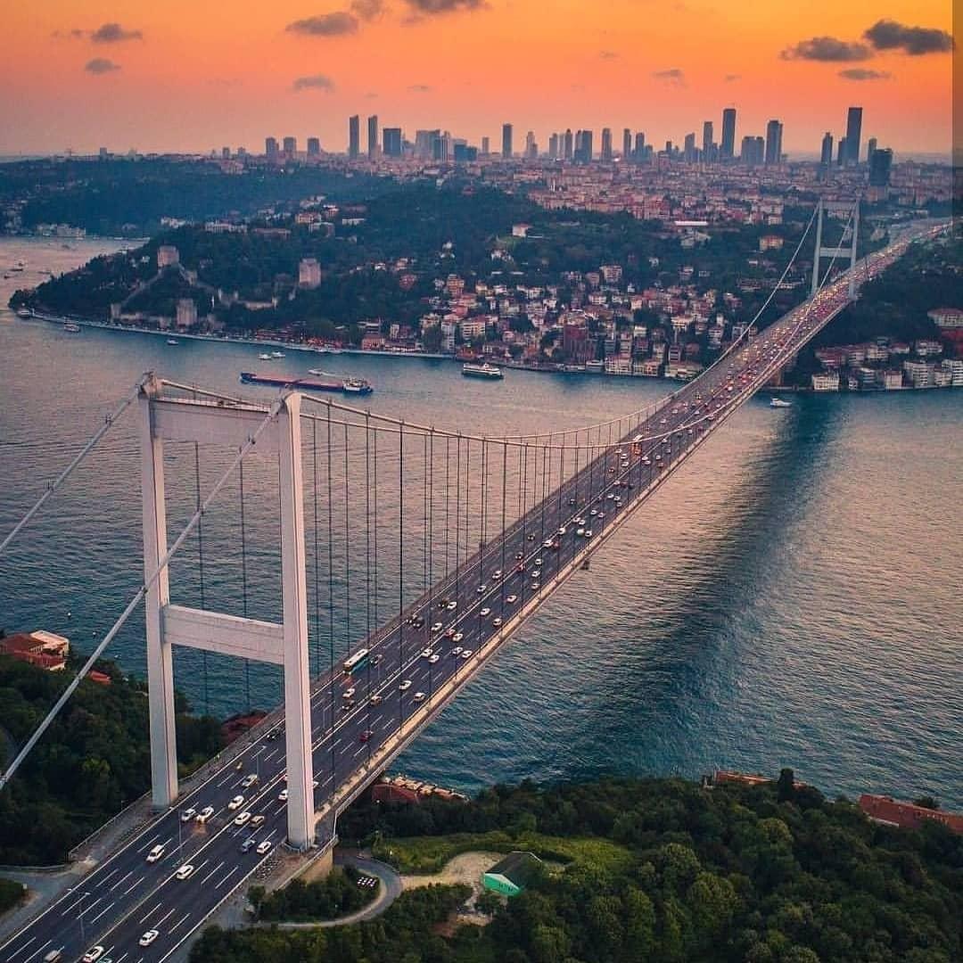 Cầu treo Bosphorus kỳ vĩ trong buổi chiều hoàng hôn ở Istanbul, Thổ Nhĩ Kỳ