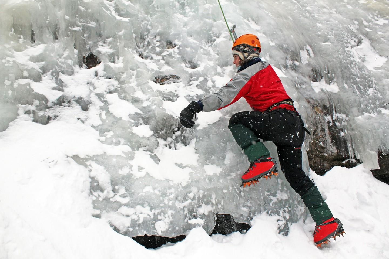 Leo núi băng là một môn thể thao mùa đông đầy thử thách ở Nepal