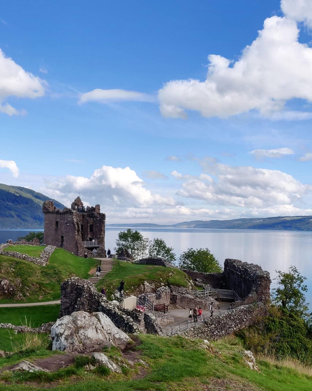 Lâu đài Urquhart bên hồ Loch Ness, Scotland