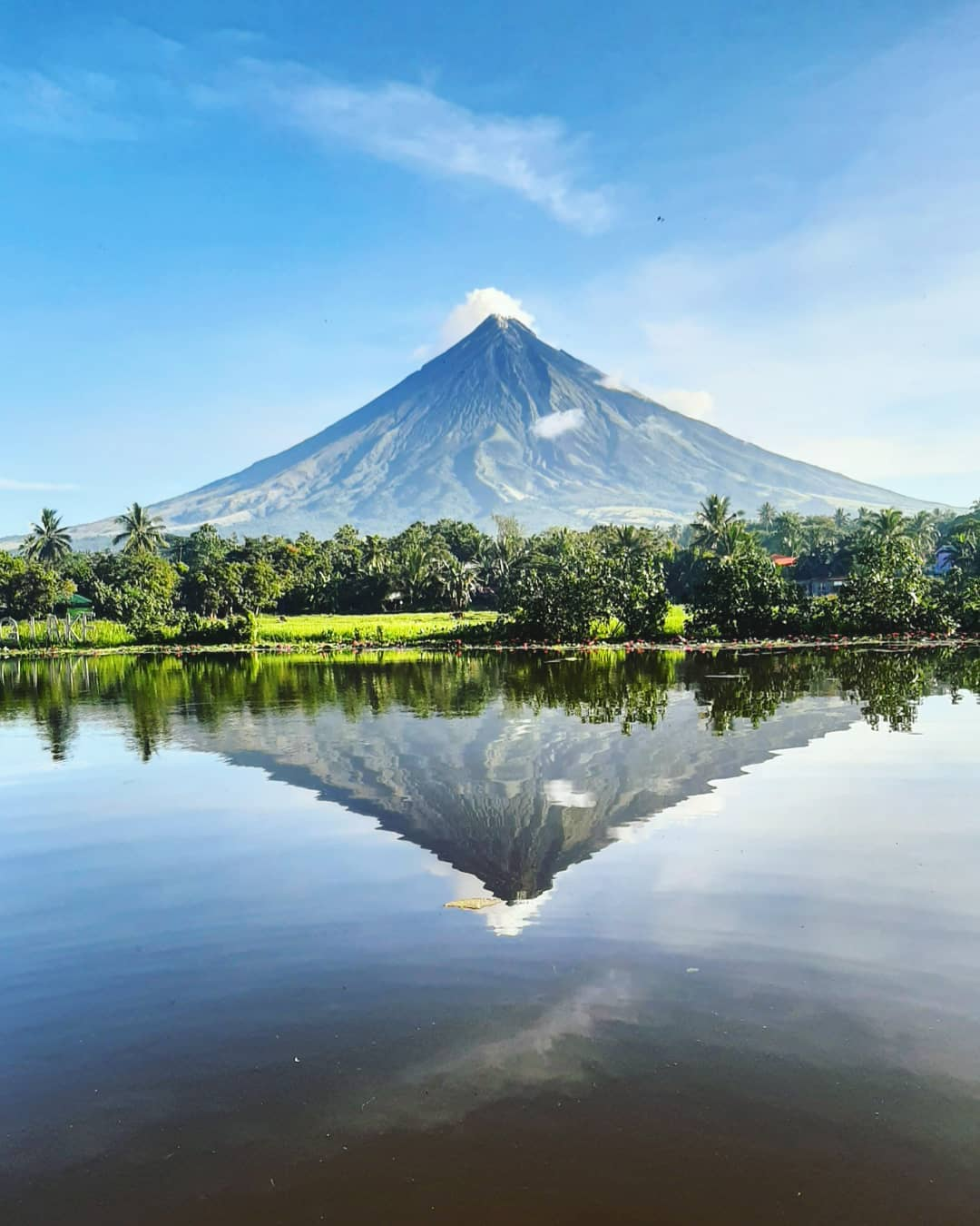 Núi Mayon bên cạnh Hồ Sumlang, thị trấn Daraga, Philippines