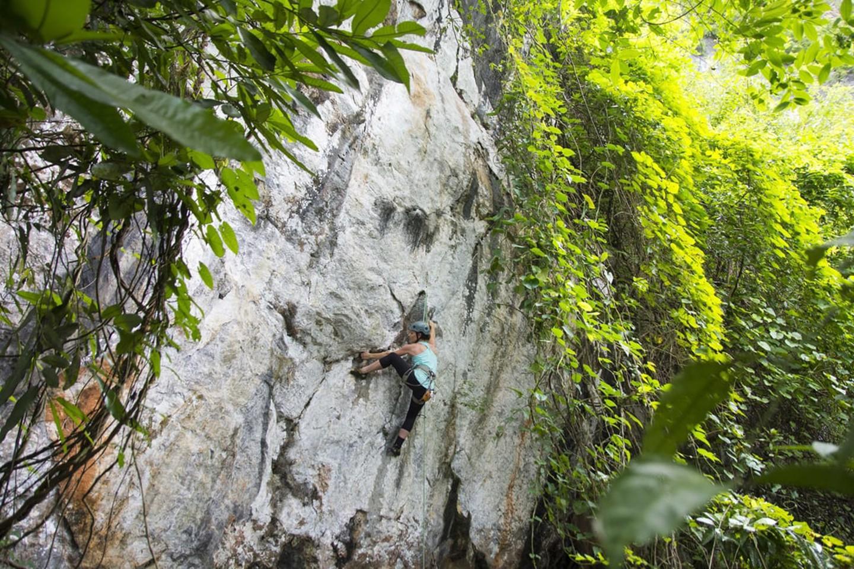 """Một người leo núi đang chinh phục """"Wild Frontier"""" gần Hpa-An, Myanmar"""