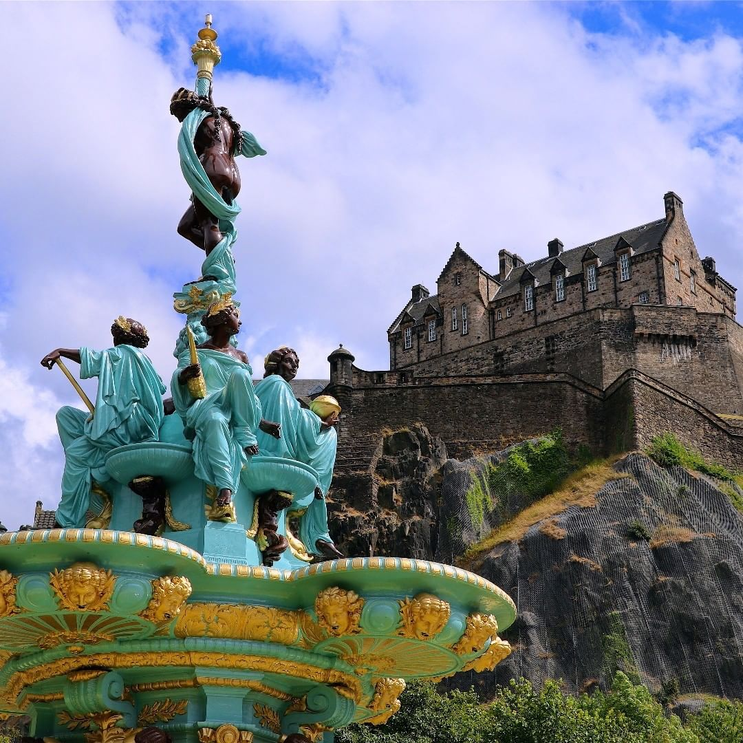 Khám phá 12 lâu đài lớn nhất thế giới