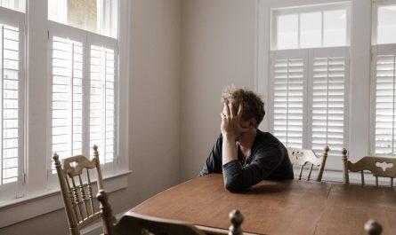 """""""Cảm giác trống rỗng"""": Dấu hiệu cảnh báo bệnh trầm cảm?"""