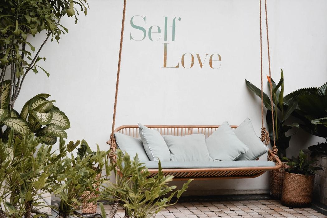 Yêu bản thân (self-love) có phải là ích kỷ (selfish)?